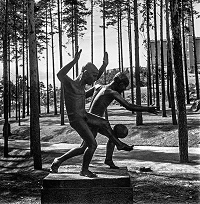 Pauli Koskisen veistos Leikkivät pojat, 1951. Keski-Suomen museon kuva-arkisto Antti Pänkäläinen